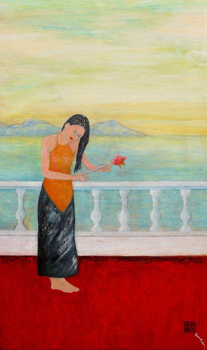 Jeune femme sur le balcon
